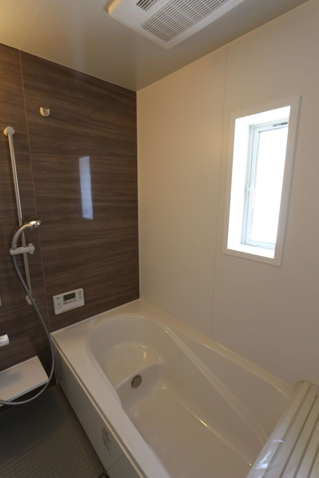 足を伸ばしてお入り頂ける 1坪サイズの浴室。