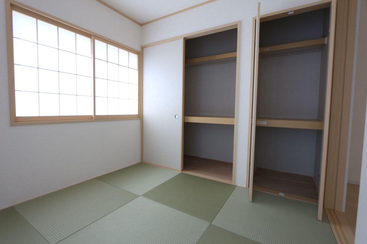 壁一面に収納があり、 寝室にもぴったりです。