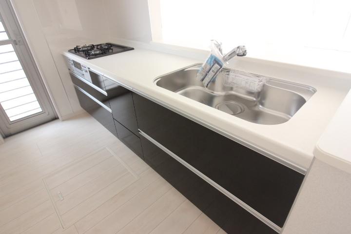 システムキッチン・シンク ジャンボシンクは、静音仕様 大きめのお鍋も洗いやすい形状です。 浄水器付きのシャワー混合水栓採用 リーブルガーデン同仕様写真