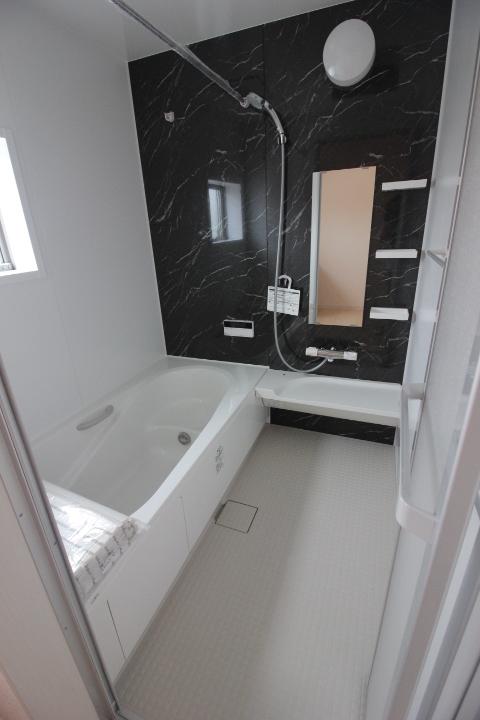 浴室・浴槽 半身浴もでき、節水効果も期待できる エコベンチ浴槽を採用。 ゆったり1坪タイプの浴室です。 リーブルガーデンシリーズ同仕様写真