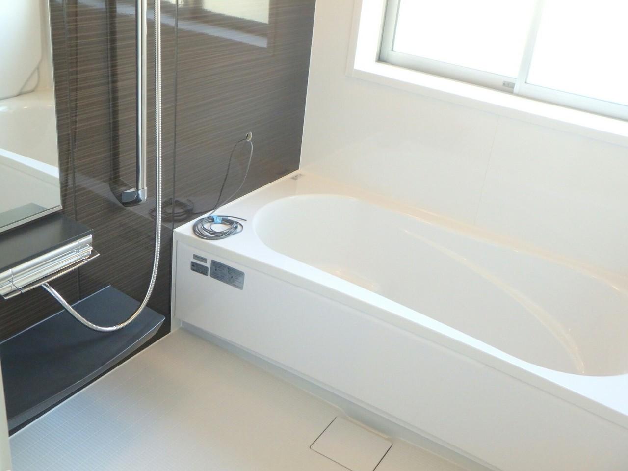 落ち着いた色調の広い浴室で1日の疲れも癒されそうですね♪