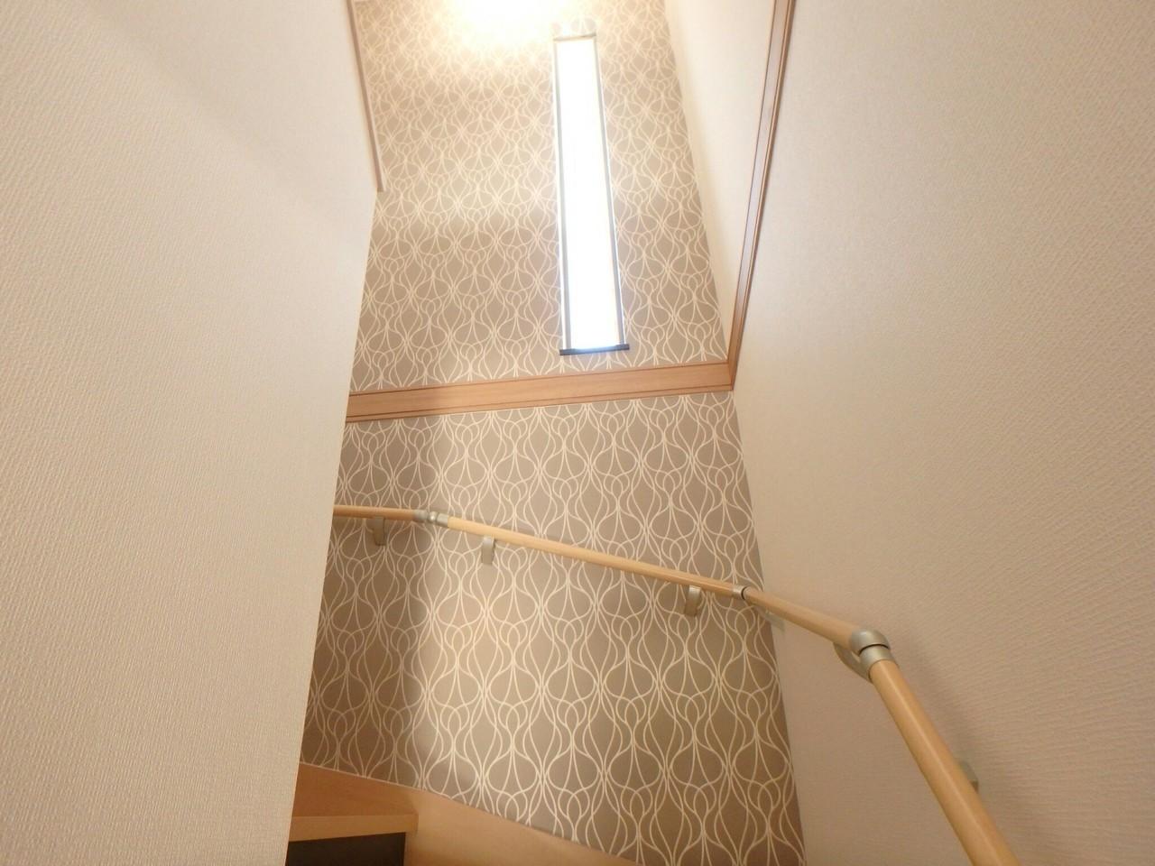 階段にはオシャレなクロスが張られています。 窓付きで気持ちの良い光が差し込む素敵な空間となっています。