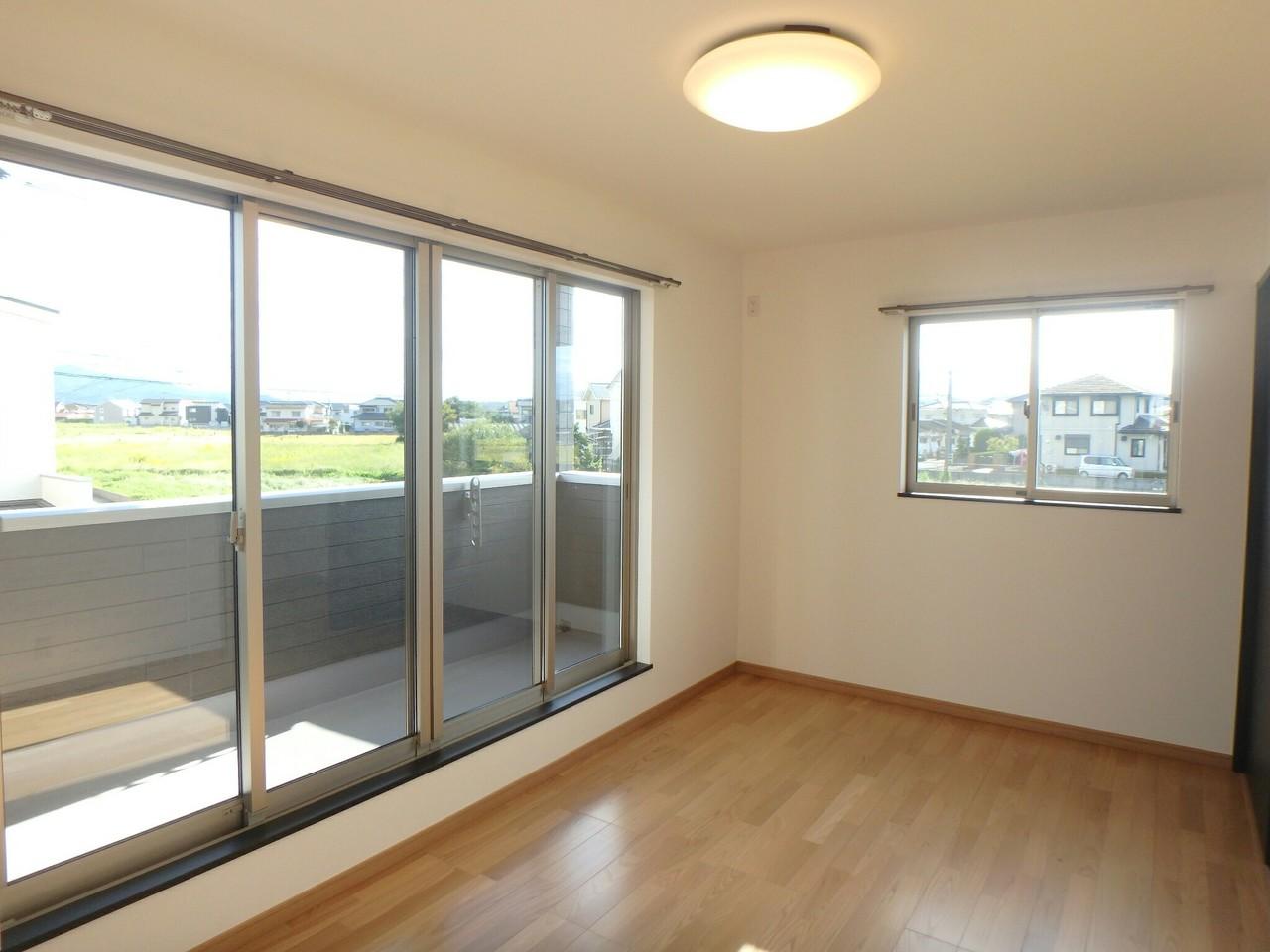 2階7畳の広めの洋室は、バルコニーに面した大きな窓。 ルーフバルコニーなので、洗濯物を雨から守ってくれますね♪