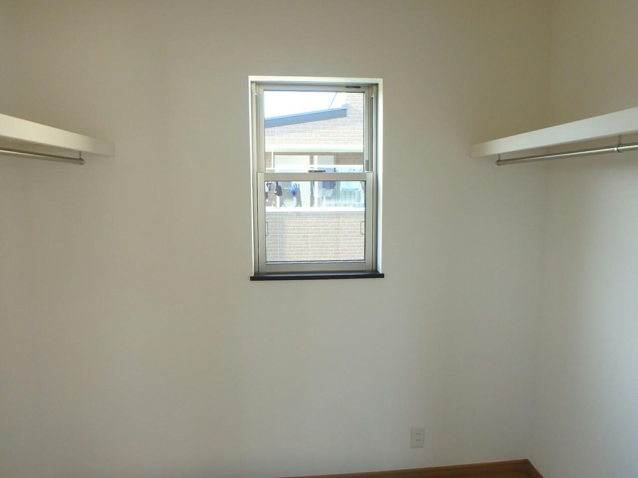 2階7畳の広めの洋室です。 ウォークインクローゼットは両面に衣類をかけられる作りになっていて 収納力抜群です!!