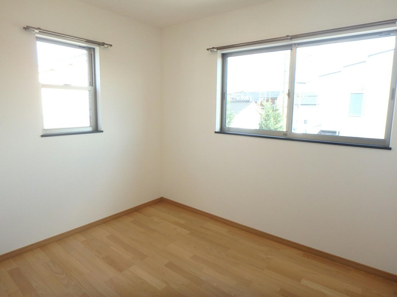 2面採光で明るいです。 2階洋室には各部屋に収納がついています。