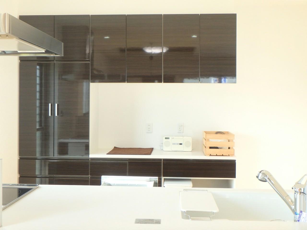 キッチン後方には、リビングにマッチしたシックな色合いの大容量の収納がありますよ。