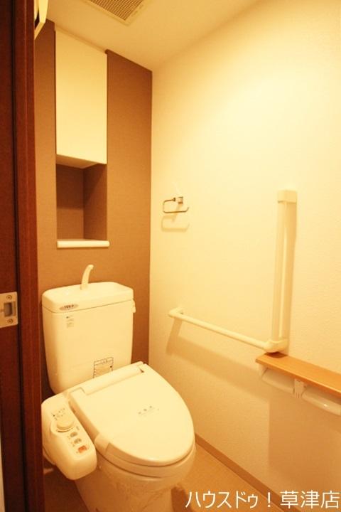 小物を置くスペースがありますのでスッキリきれいなトイレになりそうですね♪