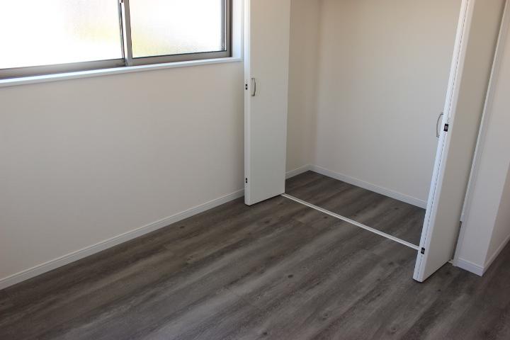2F洋室には大切な衣類を収納できるクローゼット付きです