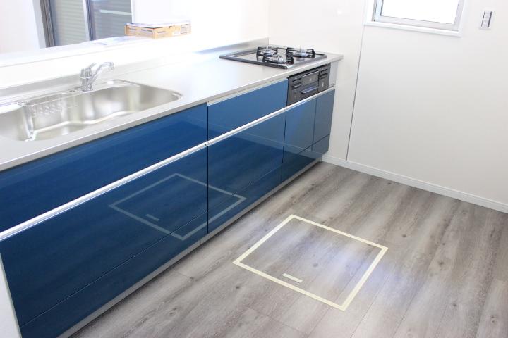 綺麗なブルーのキッチン シンクも広めでお手入れしやすく、毎日の家事も楽しみながらできそうです