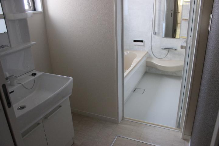 清潔感溢れる白を基調とした洗面所