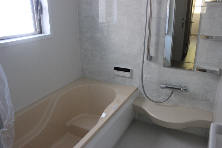 温もりを感じる落ち着いた色味の浴室で リラックスしてください
