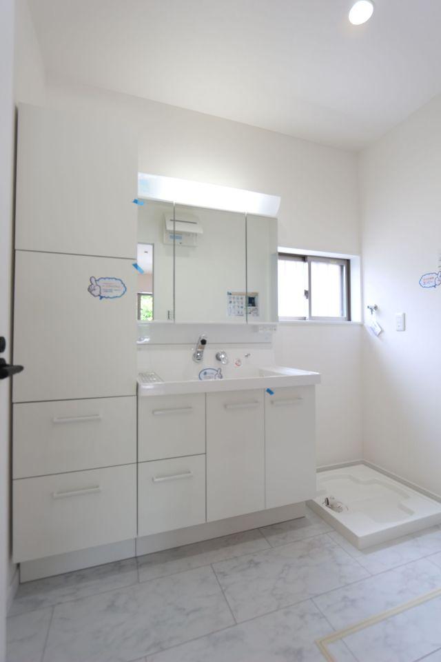 洗面台横に大容量の収納棚を 設置。細々した雑貨もスッキリ 整理して頂けます。