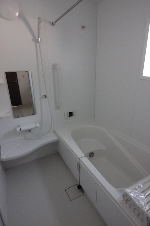 浴室・ユニットバス ゆったり1坪サイズのユニットバス 半身浴もできるバスタブを採用しています。 リナージュ同仕様写真