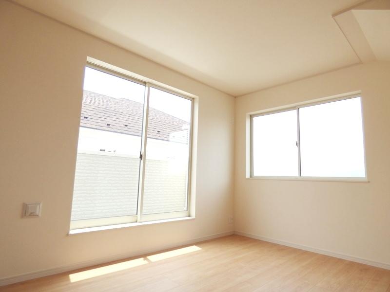 ◎洋室:1号棟(7/16更新) 南向きであたたかな陽射しがたっぷり差し込む洋室!毎朝気持ち良く起きられそうですね。