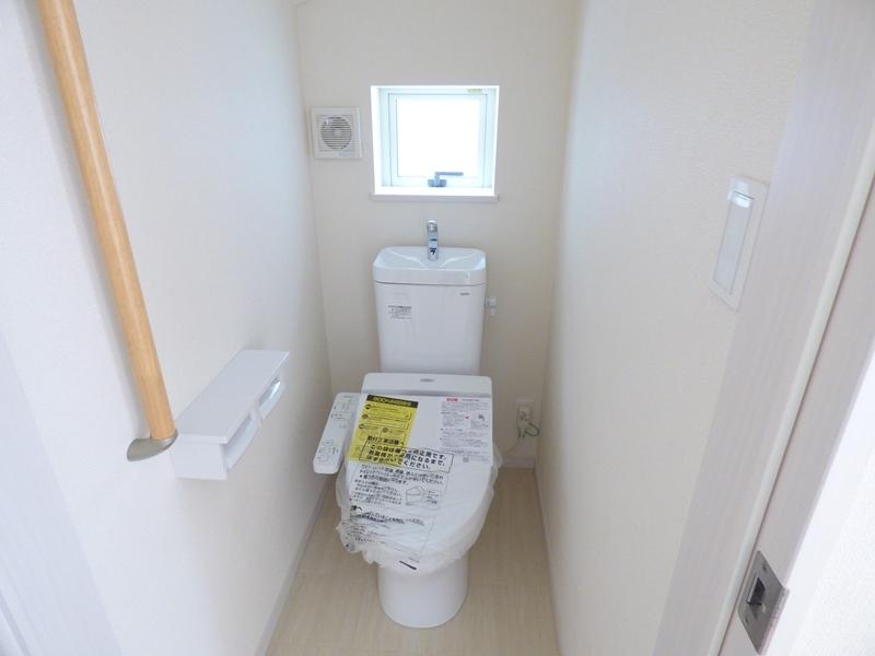 ◎トイレ:1号棟(7/16更新) ウォシュレット付です!トイレとあわせて、階段・浴室にも手すり付!小さなお子様やお年寄り、どなたでも使いやすく、しかも安全に暮らしを営むための配慮をした設計です。