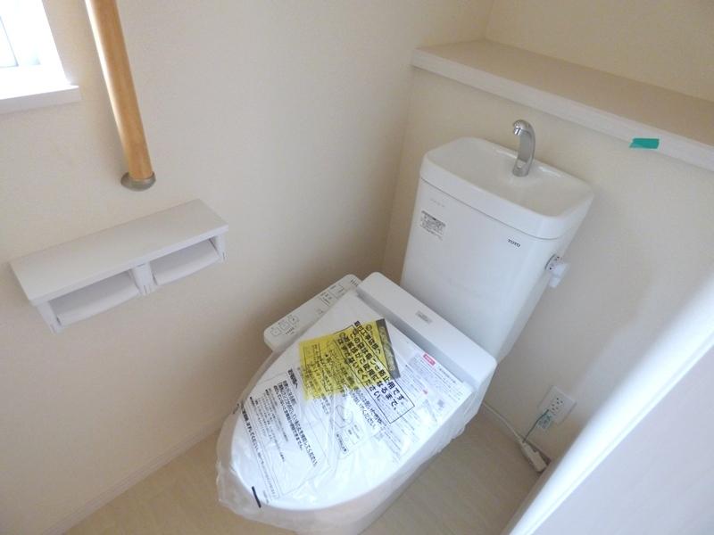 ◎トイレ:2号棟(7/16更新) ウォシュレット付です!トイレとあわせて、階段・浴室にも手すり付!小さなお子様やお年寄り、どなたでも使いやすく、しかも安全に暮らしを営むための配慮をした設計です。