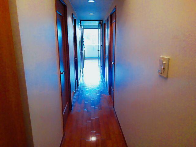玄関からリビングへつながる廊下 高級感あふれるフローリングが素敵なお部屋