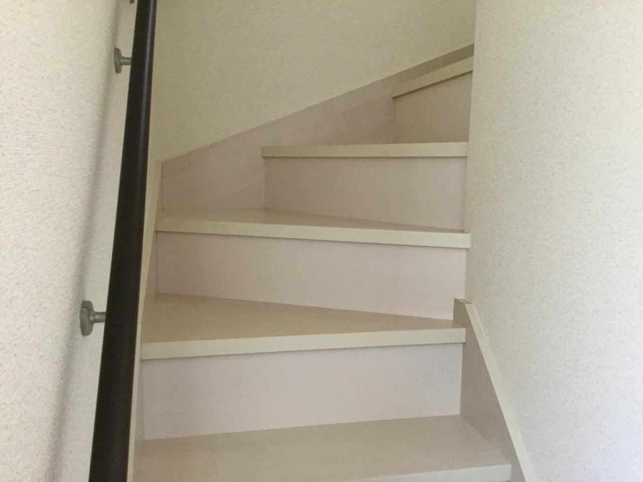 手すりが備わった階段は、小さなお子様やご年配の方に優しいですね