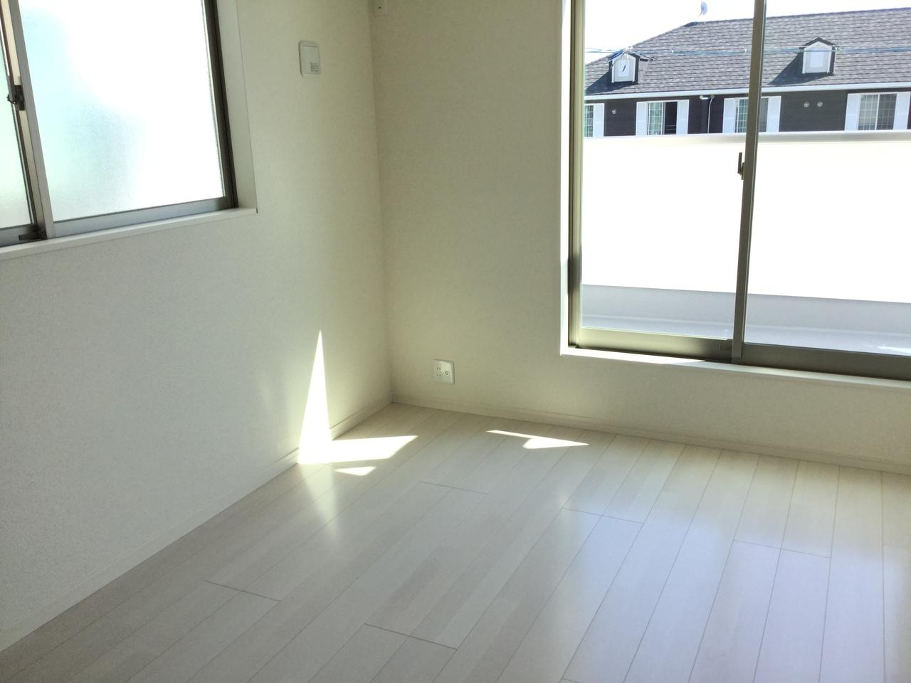 2階 6畳洋室 温かい日差しが差し込む居室は、子供部屋にも良さそうですね