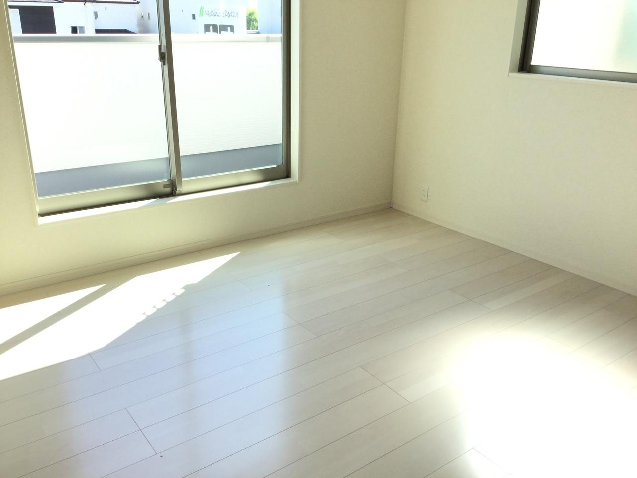 2階 7.75畳洋室  クローゼットの付いた明るく開放的な居室です