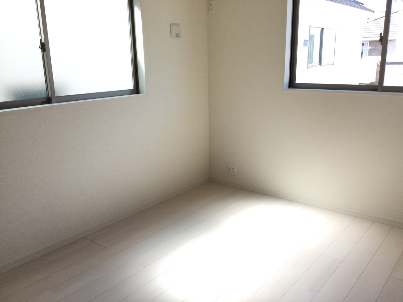 2階 6畳洋室  窓から陽光が差し込む居室