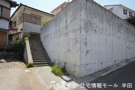 【外観写真】 高台に位置する、光と風が通る住空間