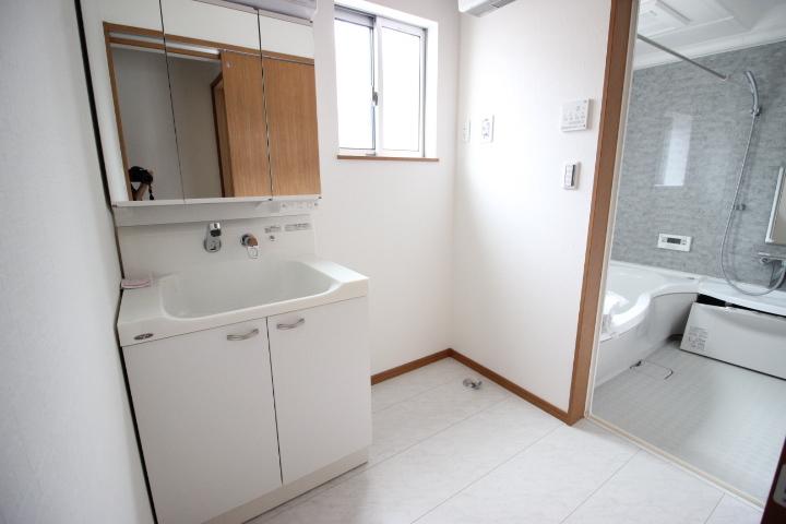 三面鏡にハンドシャワーつき、使いやすい洗面台