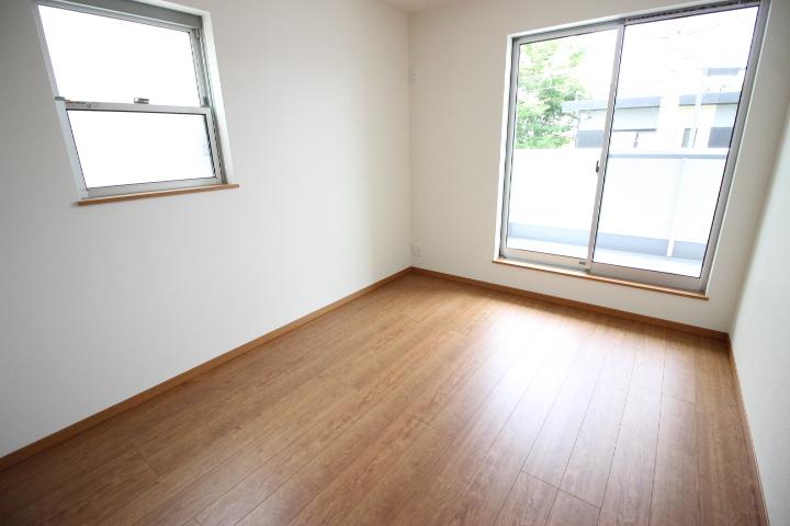 6畳洋室 明るくて開放的な居室です。