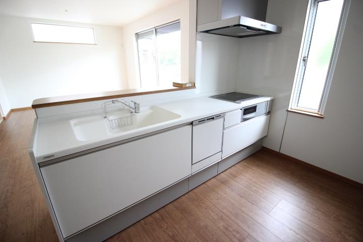 奥様の味方食器洗浄乾燥機つきのキッチンは、お子様の様子を見守りながらお料理ができるカウンターキッチン