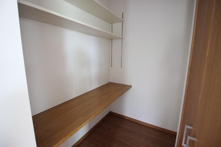 パントリー キッチン横のパントリーに食品や調理器具を収納すればキッチンがすっきりしますね