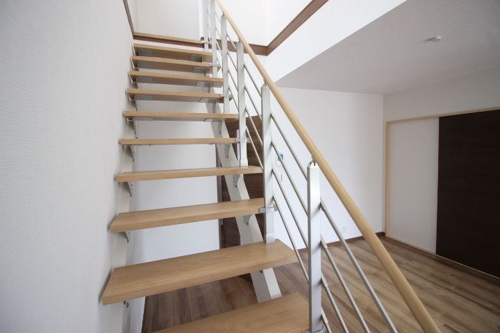 明るさと開放感に満ち溢れた吹き抜けの採光を浴びる階段。