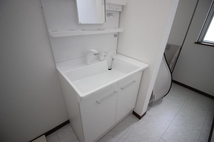 コンパクトな洗面台は忙しい家族の朝の味方です。