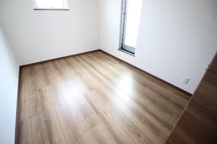 2階5.5畳洋室 バルコニーへとつながる居室。