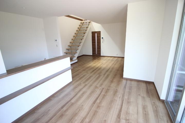 18畳のリビングダイニングキッチンは、ご家族との会話の弾む対面キッチン。