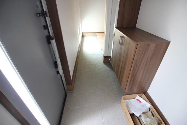 スロープからつながる玄関と土間は、車椅子やベビーカーにもやさしい設計です。