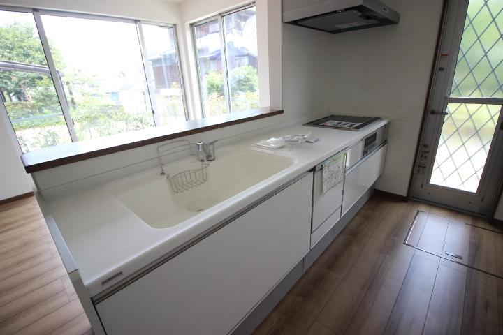 白を基調とした清潔感のあるキッチンには奥様の味方、食器洗浄乾燥機つき!!お料理がますます楽しくなりそうですね♪