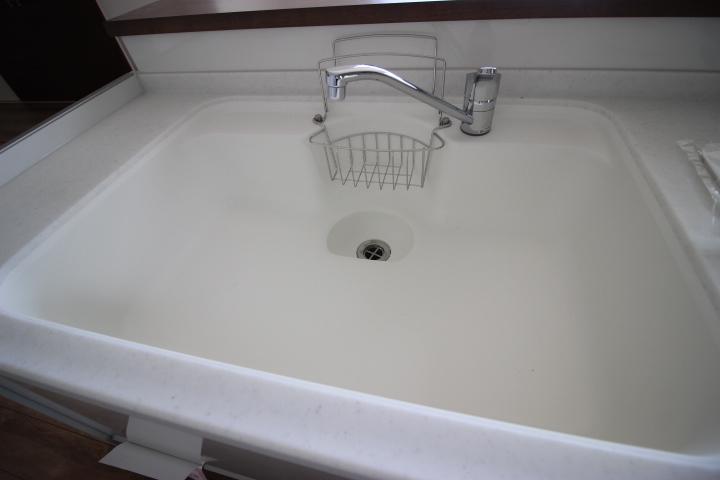 ゆとりある広めのシンクはお野菜や食器を洗うのに便利です。