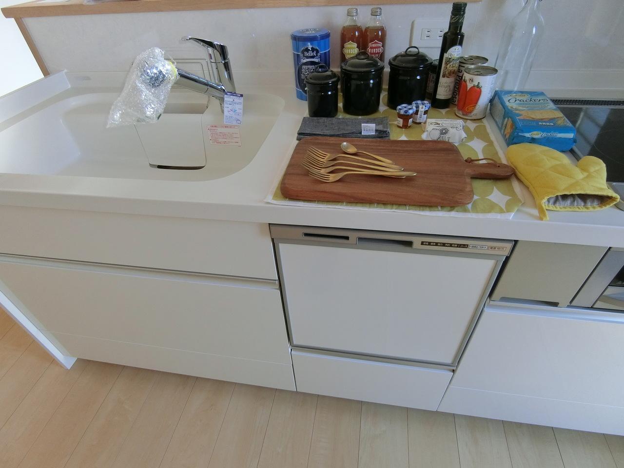 キッチンの浄水器内臓のハンドシャワー水洗からは、いつでも安全で美味しい水がご利用できます。