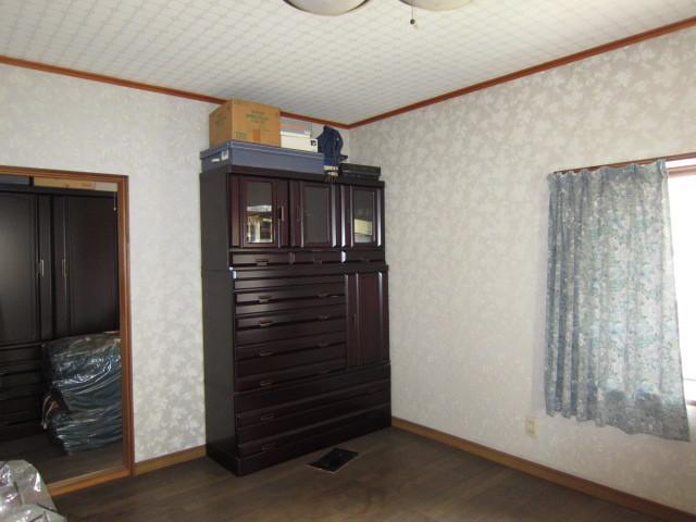 平成5年築建物 2F洋室 奥に納戸がありたっぷり収納できます。