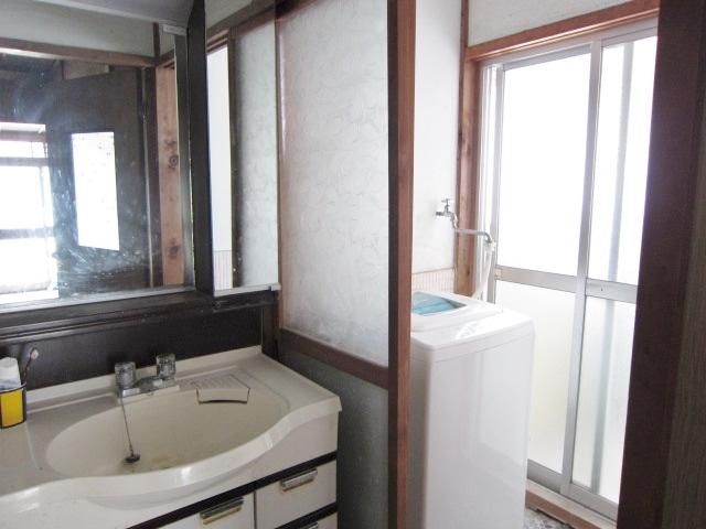 昭和46年築母屋 洗面 洗濯機置き場も室内にあります。
