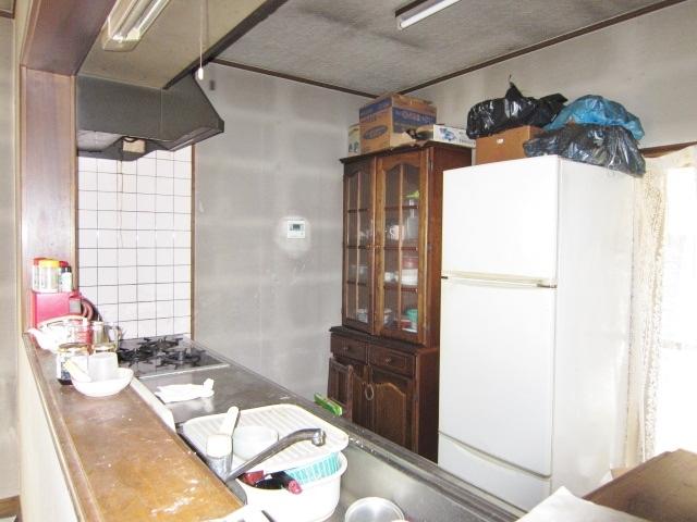 平成5年築建物 キッチン カウンターキッチンでリビングが見渡せます。