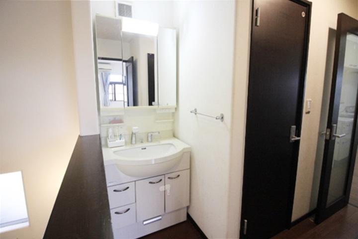 清潔な洗面化粧台です。毎日の身だしなみチェックはこちらでどうぞ。小物を置くスペースもあって使い勝手便利ですね。