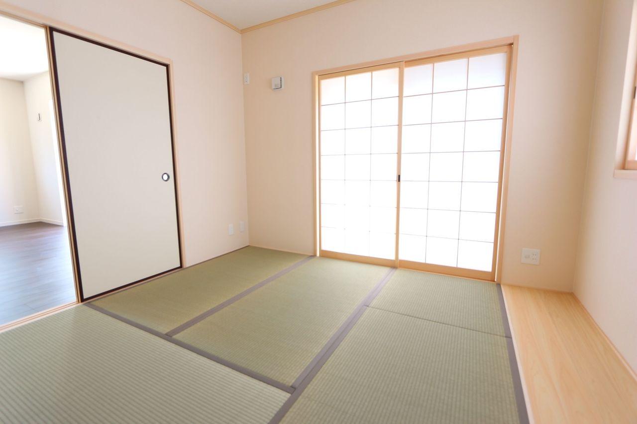 板の間があり、畳を傷めずに 家具を置いて頂けます。