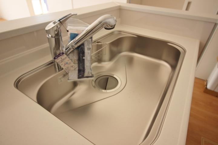 幅広のシンクで洗い物もらくらく。