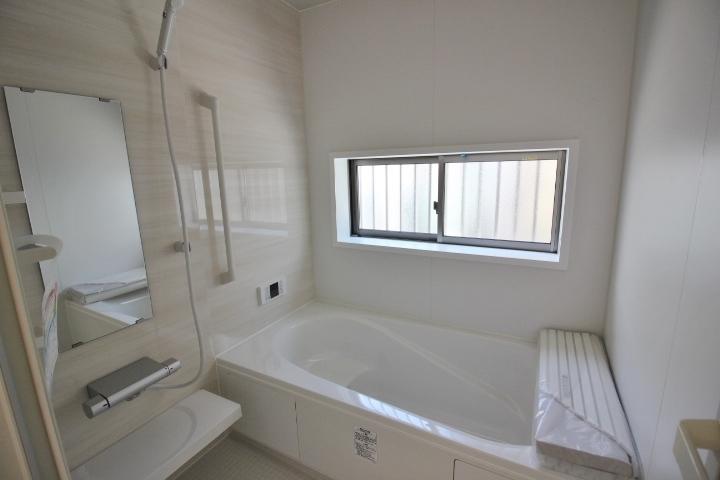 1坪システムバスルーム 半身浴もでき、節水効果も期待できる エコベンチ浴槽を採用。