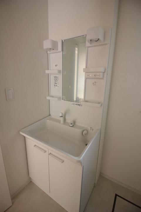 シャワー付き洗面化粧台 洗髪もできるシャワー水栓付き洗面台 洗濯機置場もあります。