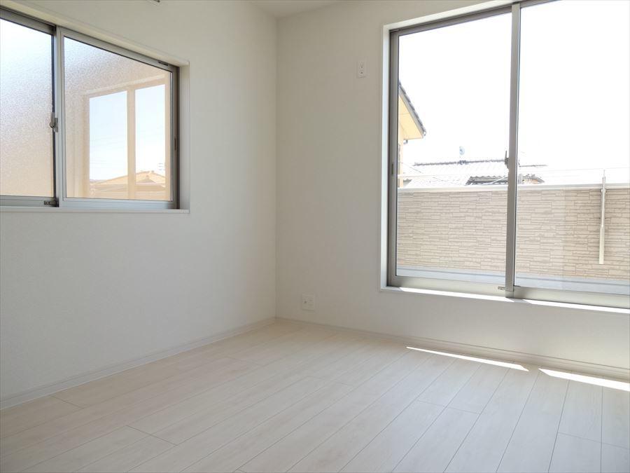 南向きの洋室は窓が大きく、明るいお部屋になっています。