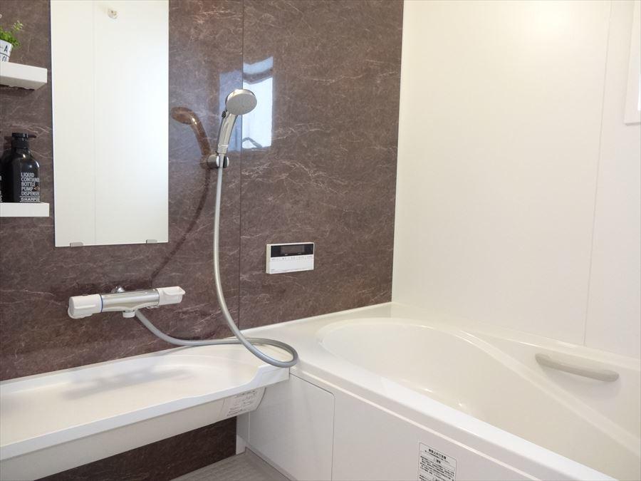 浴室は茶色と白の落ち着いた配色になっています。