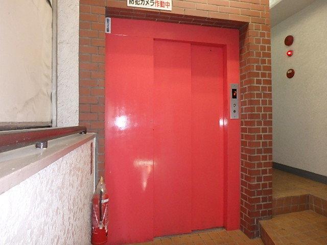 モダンな色のエレベーター