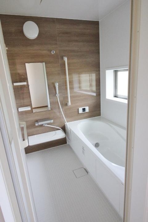 ■1坪システムバスルーム■ 半身浴もでき、節水効果も期待できる エコベンチ浴槽を採用♪ ◆ハートフルタウンシリーズ 同仕様写真◆